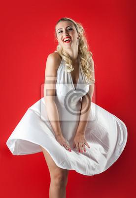 Plakat Blonde kobieta z portretu spódnica latania na czerwonym tle.