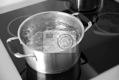 Plakat Boiling spaghetti na patelni na kuchence elektrycznej w kuchni