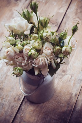 Plakat Bouquet of roses in metal pot on the wooden background, vintage style