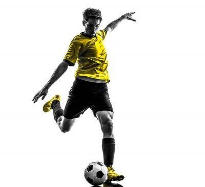 Plakat brazylijski piłkarz kopanie piłki nożnej sylwetka młody człowiek
