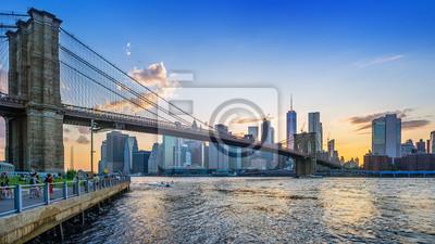 Plakat brooklyn bridge and lower manhattan while sunset