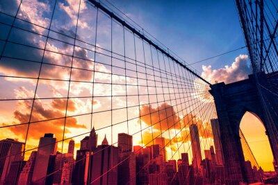 Plakat Brooklyn Bridge i Manhattan na zachodzie słońca