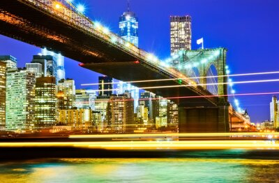 Plakat Brooklyn Bridge i Manhattan Skyline w nocy.
