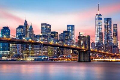 Plakat Brooklyn Bridge i skyline w Lower Manhattan pod purpurowym słońca
