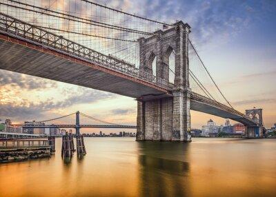Plakat Brooklyn Bridge nad East River w Nowym Jorku