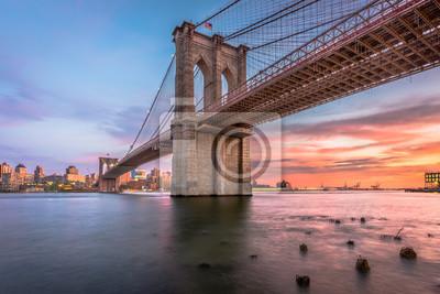 Plakat Brooklyn Bridge w Nowym Jorku o zmierzchu
