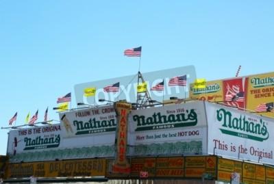 Plakat Brooklyn, Nowy Jork - 27 maja: Słynna restauracja Nathana jest ponownie dla biznesu prawie siedem miesięcy po SuperStorm Sandy poważnie uszkodzony kultowego punkt orientacyjny na 27 maja 2013 r Coney