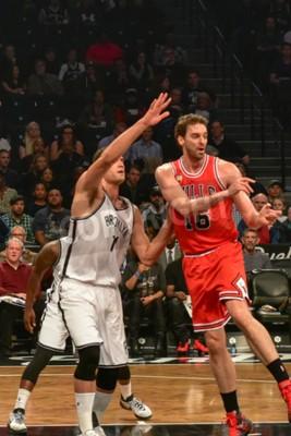 Plakat Brooklyn, Nowy Jork - 28 października 2015: Brooklyn Nets porównaniu z Chicago Bulls w Barclays Center otwarcia gry.