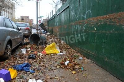 Plakat Brooklyn, NY - 29 października: Poziom wody w budynkach i błoto w okolicy Sheapsheadbay powodu powodzi od Huragan Sandy w Brooklynie, Nowy Jork, USA, we wtorek, 30 października 2012 roku.