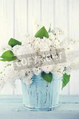 Plakat Bukiet białych kwiatów bzu w drewnianej niebieskim wazonie na jasnym tle shabby chic
