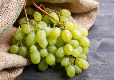 Plakat Bunch zielone winogrona na drewnianym tle