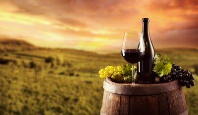 Plakat Butelkę czerwonego wina i szkła na wodden beczki