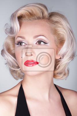 Plakat Całkiem blond dziewczyna jak Marilyn Monroe w czarnej sukience