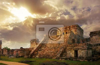 Castillo twierdza o wschodzie słońca w starożytnym mieście Majów w Tulum,