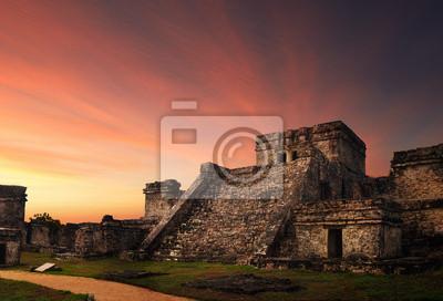 Castillo twierdza o zachodzie słońca w starożytnym mieście Majów w Tulum,