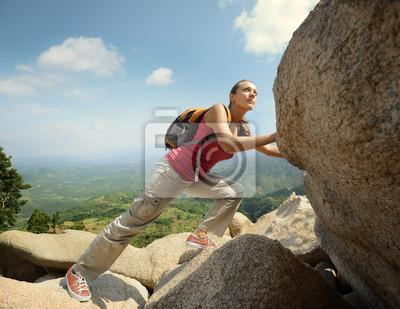 Celowy turysta z plecakiem skrzyżowania skalistym terenie