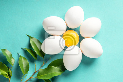 Plakat Chamomile Daisy z jajkiem i żółtkiem opuścić koncepcja wielkanoc wiosna