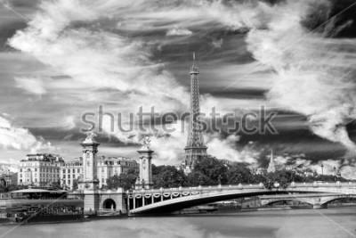 Plakat Charakterystyczny punkt orientacyjny Konstrukcja stalowa Paryża Francja Wieża Eiffla, most Pont Alexander III i błękitne niebo i chmury w czerni i bieli.