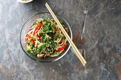 Plakat chiński makaron z pieczonymi warzywami