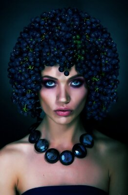 Plakat Ciekawy portret kobiety z ciemnych winogron