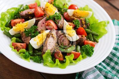 Ciepła sałatka z wątróbką drobiową, zielona fasola, jaja, pomidory i sos balsamiczny