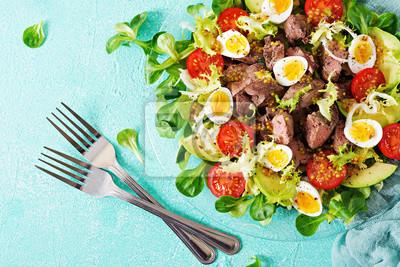 Ciepła sałatka z wątróbki drobiowej, awokado, pomidora i jaj przepiórczych. Zdrowy obiad. Dietetyczne menu. Płaskie leżało. Widok z góry
