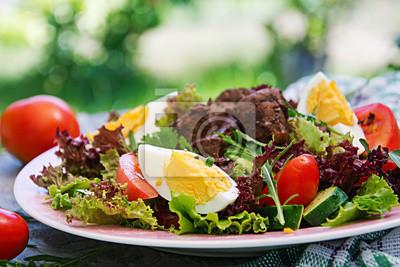 Ciepła sałatka z wątróbki drobiowej, pomidorów, ogórków i jaj. Zdrowy obiad. Dietetyczne menu