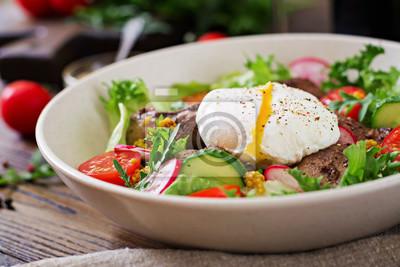 Ciepła sałatka z wątróbki drobiowej, rzodkiewki, ogórka, pomidora i jajka w koszulce. Zdrowe jedzenie. Dietetyczne menu