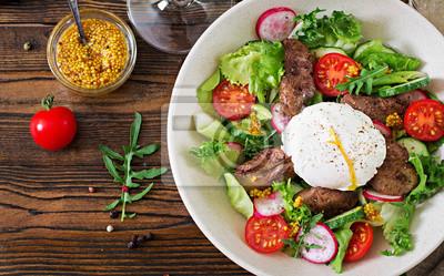 Ciepła sałatka z wątróbki drobiowej, rzodkiewki, ogórka, pomidora i jajka w koszulce. Zdrowe jedzenie. Dietetyczne menu. Widok z góry. Płaskie leżało.