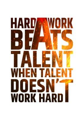 Plakat Ciężka praca bije talent motywacyjny inspirujący plakat na tle pożaru