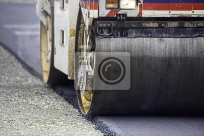 Ciężki walec wibracyjny kompaktor na nawierzchni asfaltowej pracuje dla budowy dróg i autostrad