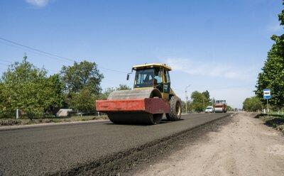 Ciężki walec wibracyjny na nawierzchni asfaltowej działającej na nowej budowie drogi. Naprawianie.