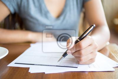 Plakat Close-up kobieta wypełnienie formularza wniosku