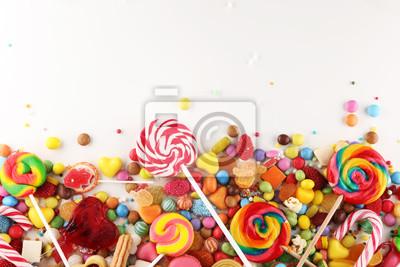 Plakat cukierki z galaretką i cukrem. kolorowy zestaw różnych słodyczy i smakołyków dla dzieci.