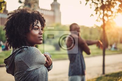 Plakat Czarna para robi ćwiczenia na świeżym powietrzu