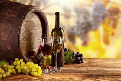 Plakat Czerwone i białe wino butelki i szkło na wodden beczki