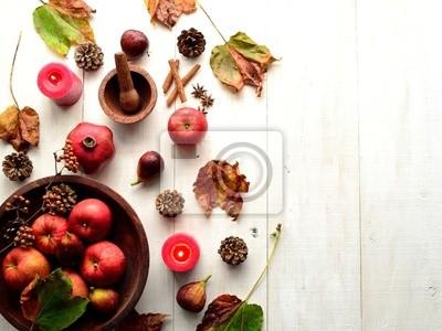 Plakat Czerwone jabłko z liści jesienią.