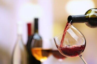 Plakat Czerwone wino wlewając do kieliszka, zbliżenie