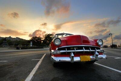 Plakat Czerwony samochód w Hawanie zachodzie słońca