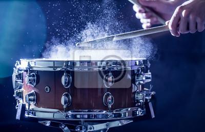 Plakat Człowiek gra muzyczny instrument perkusyjny z pałkami, koncepcję muzyczną, piękne oświetlenie na scenie