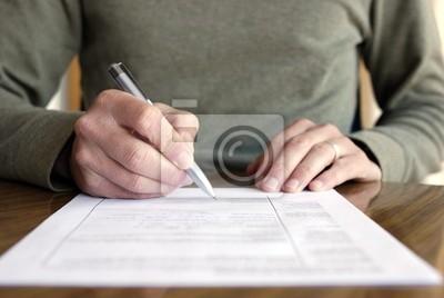 Plakat Człowiek pisanie na papierze z pióra na tabeli