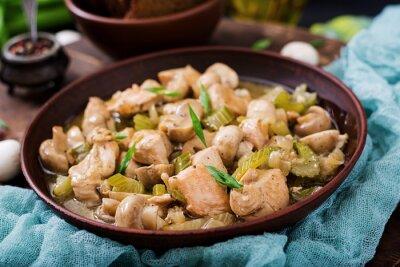 Delikatne kawałki filetu z kurczaka z grzybami i selerem duszone w lekkim piwie
