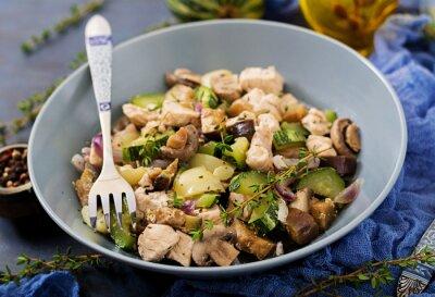 Delikatne plasterki filety z kurczaka z cukinią i grzybami duszonymi włoskimi ziołami. Zdrowe odżywianie. Właściwy sposób życia.
