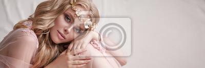 Plakat Delikatny portret młodej dziewczyny model. Wizerunek panny młodej, lekka koronkowa sukienka w kolorze różowym, piękna fryzura i naturalny makijaż. Lekkie studio fotograficzne, naturalne światło z okna