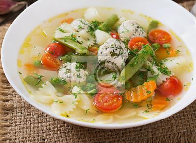 Dieta zupa jarzynowa z kurczaka klopsy i świeże zioła w misce