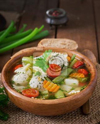 dieta zupa jarzynowa z kurczaka klopsy i świeżych ziół w drewnianej misce