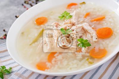 Dietetyczna rosół z ryżem i marchewką. Zdrowe jedzenie