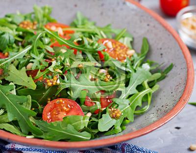 Dietetyczne menu. Wegańska kuchnia. Zdrowa sałatka z rukolą, pomidorami i orzeszkami pinii.