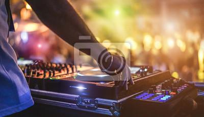 Plakat Dj mieszanie na świeżym powietrzu na festiwalu imprezach na plaży z tłumem ludzi w tle - Lato nocne życie disco club na zewnątrz - Nieostrość na strony - zabawa, młodzież, rozrywka i fest koncepcji