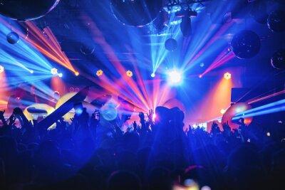 Plakat DJ night party party rave z tłumem w świątecznej muzyce